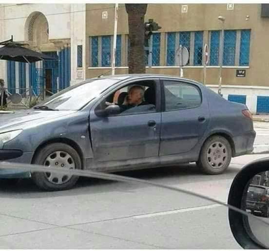 صورة تظهر الرئيس التونسي الجديد داخل مركبته في أحد شوارع تونس