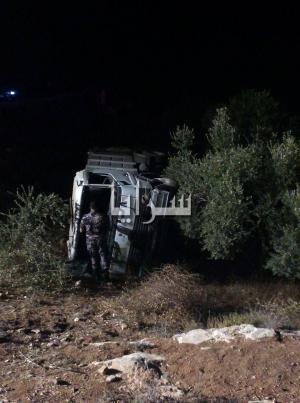بالصور.. اربد : إنقلاب شاحنة نقل نفايات بالقرب من مسلخ كفرسوم