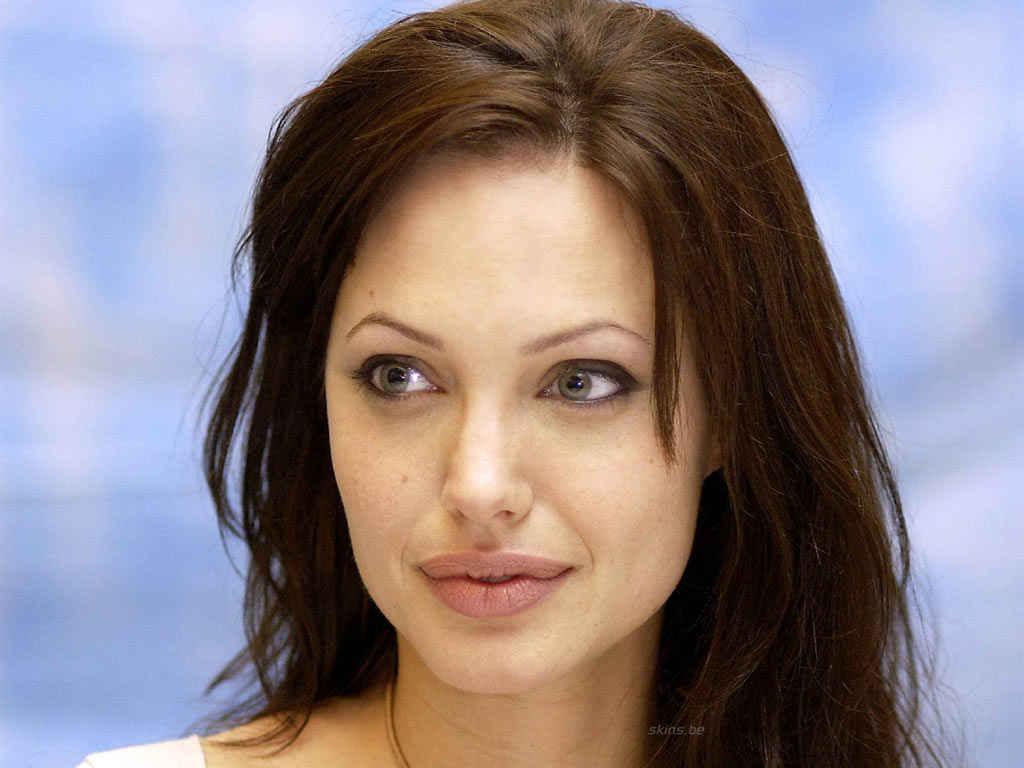 أنجلينا جولي تتبنى الممثلة إيل فانينغ