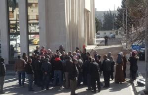 بالصور .. موظفو وزارة الاتصالات يعتصمون احتجاجا على الغاء المكافآت