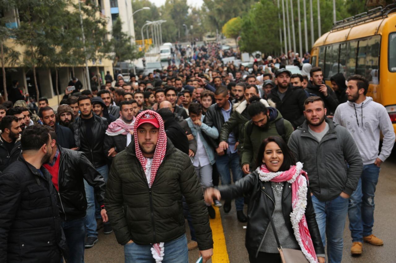"""بالصور ..  طلبة """"البترا"""" ينظمون وقفة اعتزاز بجامعتهم"""