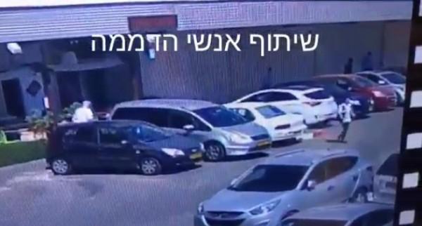 بالفيديو  ..  لحظة تنفيذ شاب عملية طعن ضد إسرائيلييْن
