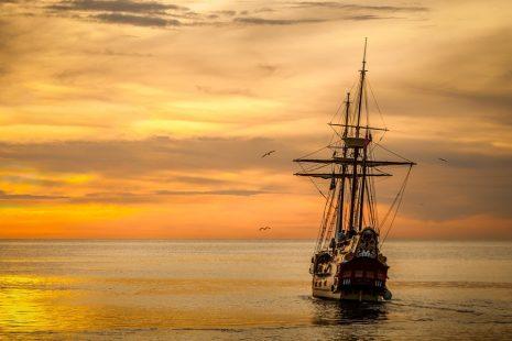 تفسير حلم رؤية الوقوع من السفينة في البحر في المنام