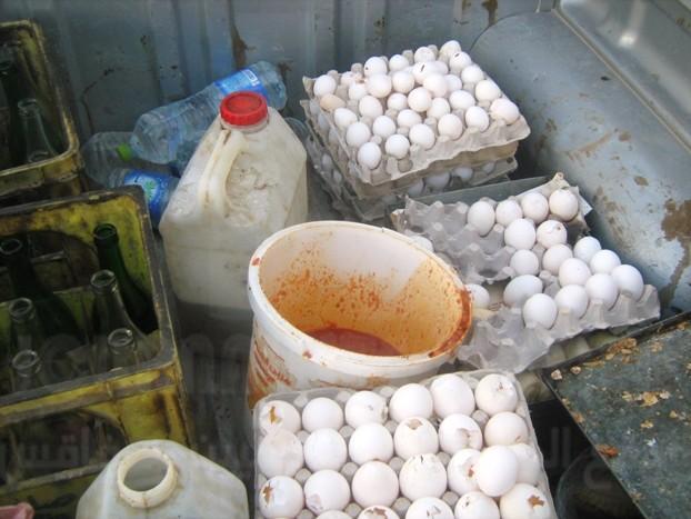 """إربد: إتلاف طن من الحلويات.. صاحبها يبيعها لطلبة المدارس .. ويتم صناعتها في بيت مهجور """"بأواني حديدية"""""""