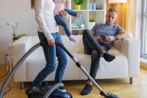 قضية طلاق تاريخية  ..  إلزام زوج بدفع تعويض لطليقته مقابل الأعمال المنزلية