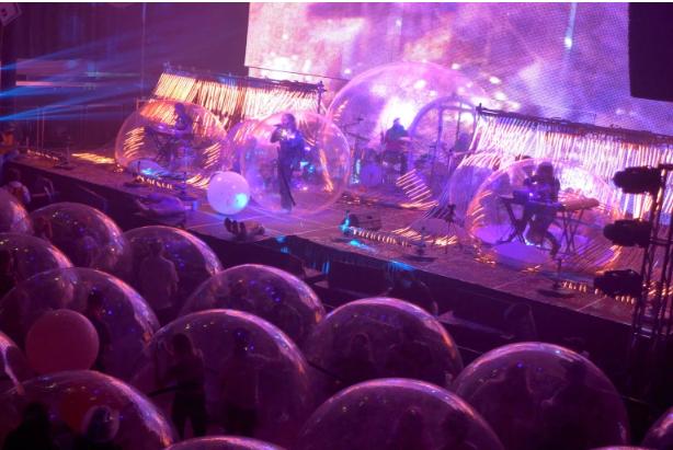بالفيديو  ..  حفل موسيقي يحضره الجمهور في فقاعات هوائية