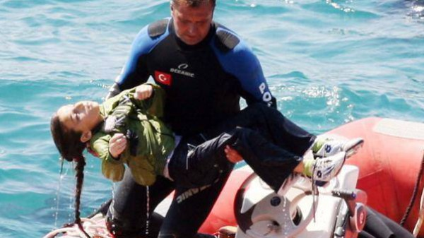 بالفيديو والصور  .. غرق سفينة تقل 375 لاجئ فلسطيني متجهين نحو مالطا