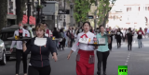 """بالفيديو ... مسابقة لحمل """"الصواني"""" وأسرع نادل ونادلة في الأرجنتين"""