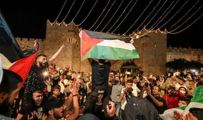 الاحتلال يعتدي على مئات المقدسيين في باب العامود