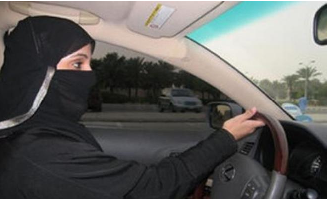سعوديات يتحضرن للعمل كسائقات أجرة