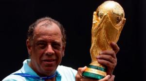 عالم كرة القدم ينعي قائد البرازيل السابق