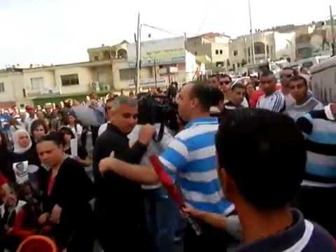 بالفيديو: فلسطينيون موالون للنظام السوري يعتدون على مراسل الجزيرة إلياس كرام