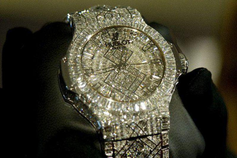 نواب و وزراء وشخصيات معروفة يشترون ساعات يد فاخرة ثمن الواحدة يصل لـ(10) ألاف دينار