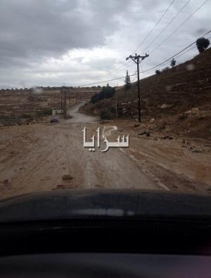 بالصور.. مياه الامطار تغلق طريق اربد - حرثا بسبب الإنجرافات