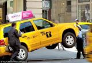 شاهد.. شرطية أمريكية تعلّق التاكسي والسائق في الهواء