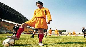 بالفيديو  ..  متى بدأت كرة القدم؟ وكيف كانت مبارياتها تلعب منذ مئات السنين .. ؟!