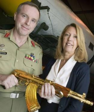 شاهد بالصور : اسلحة صدام الذهبية