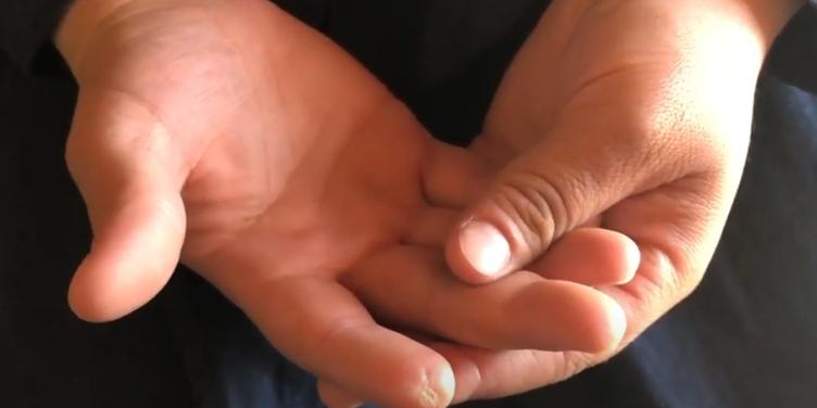 """بالفيديو  ..  زوجة مدمن مخدرات فلسطيني تروي تفاصيل مرعبة للاعتداء عليها و على أطفالها و تكشف كيف قام بـ""""بتر"""" أصبعها بوحشية"""