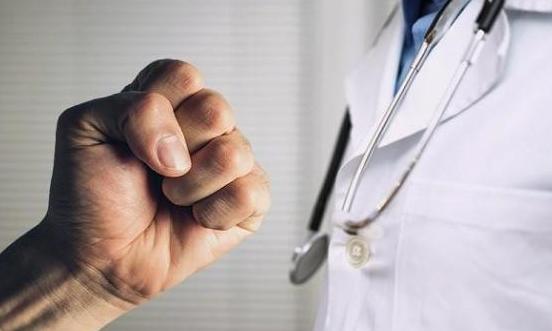 القبض على شخص اعتدى على فني أشعة داخل مستشفى حكومي بالأغوار الشمالية