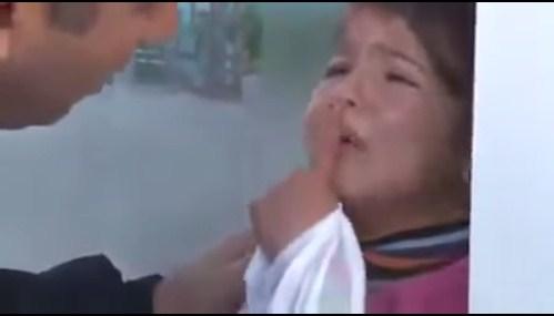 شاهد ردة فعل طفلة سورية حينما شاهدت رجل باللباس العسكري