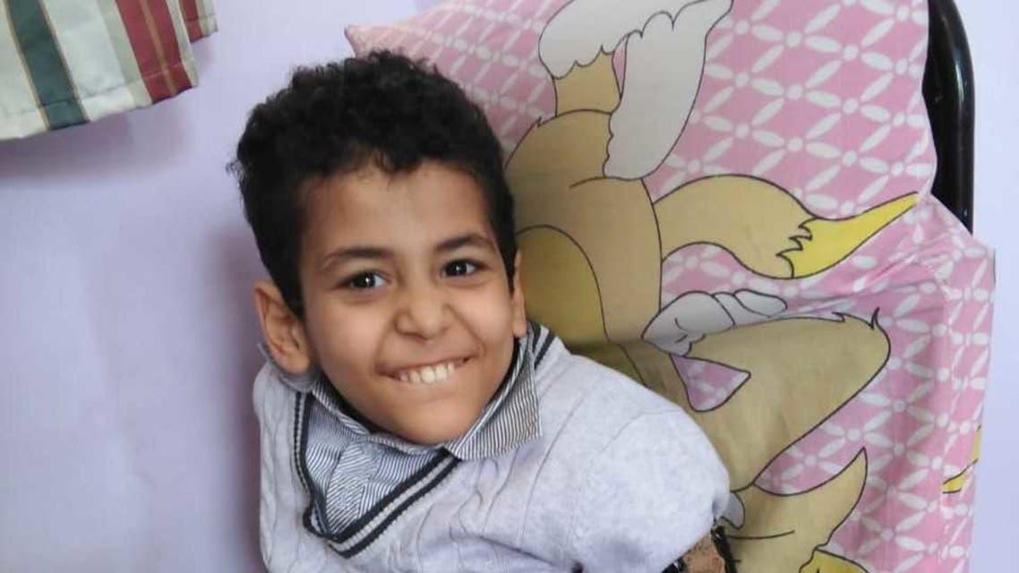 طفل مصري يلتهم أطرافه بأسنانه