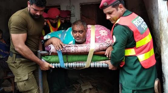 بالفيديو  ..  مروحية عسكرية تنقل أسمن رجل بباكستان إلى المستشفى