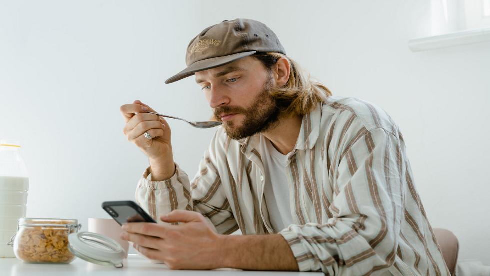 هل هاتفك يتنصت عليك حقا؟ ..  تجربة بسيطة يمكن تطبيقها للتأكد من ذلك