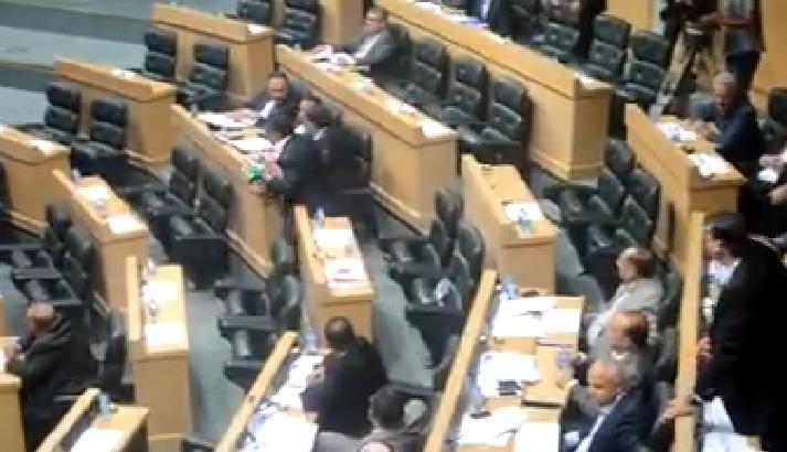 بالفيديو ..  النائب الزعبي يصرخ : الحكومة نهبت البلد وجوعت الشعب