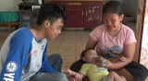 """صدمة للملايين ..  طفلة اندونيسية  """"ترضع القهوة"""" بدل الحليب  ..  وهذه كانت النتيجة"""