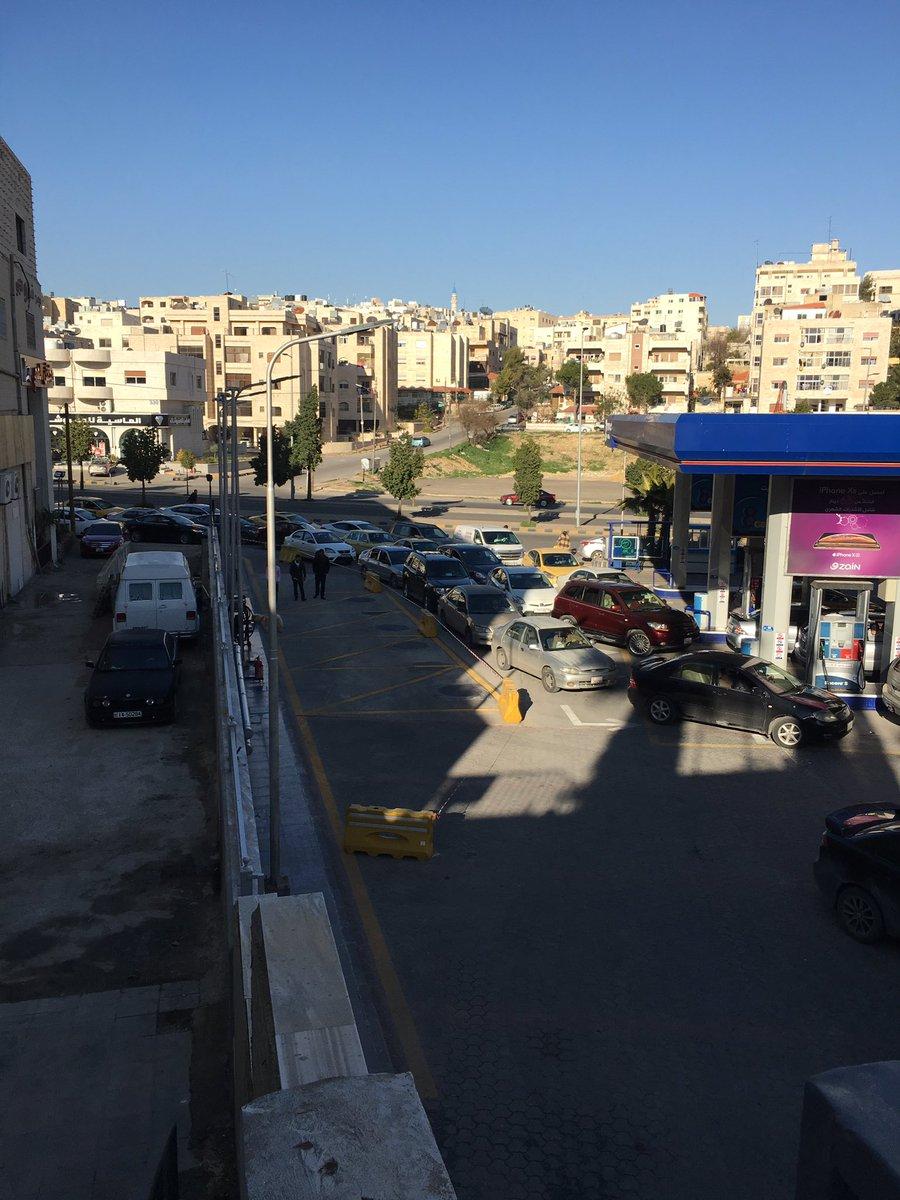 """الأردنييون يتهافتون على محطات المناصير وأزمة سير خانقة بعد عرض """"عبي ب 20 واحصل على 5 دنانير"""""""