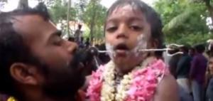 بالفيديو ... مشاهد غريبة لا يمكن ان تراها إلا في الهند!