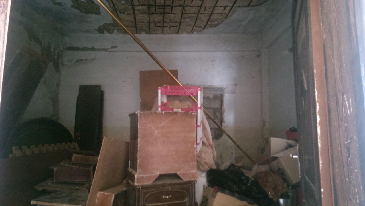 بالصور  ..  اسرة تعيش في بيت متهالك سقط اجزاء منه اثناء المنخفض الاخير  ..  والام تناشد اهل الخير