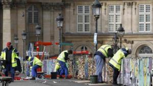 """باريس تخلص جسر الفنون من """"أغلال الحب"""""""