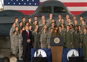بالفيديو : دونالد ترامب يهين زوجته ميلانيا على العلن