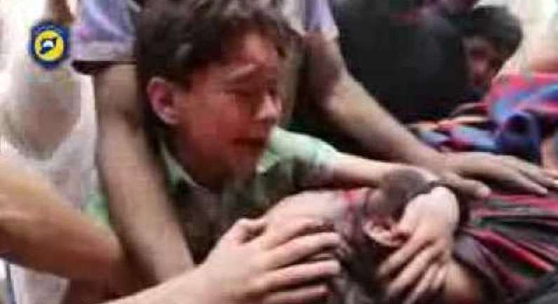 """بالفيديو  .. طفل نجا من مجزرة بحلب يصرخ بهستيرية أمام جثمان والده: """"بابا لا تتركني ..  يا الله صبرني"""""""