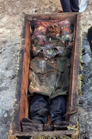 بالصور ..عمال أتراك يكتشفون تابوتا فيه رجل أثناء الحفر..من هو ؟