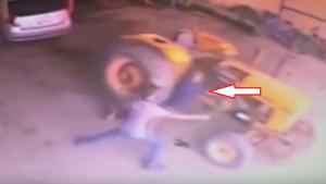 بالفيديو ..  حدث ذلك فجأة .. تحرك الجرار الزراعي وسحق بعجلاته الضخمة رجلاً!!