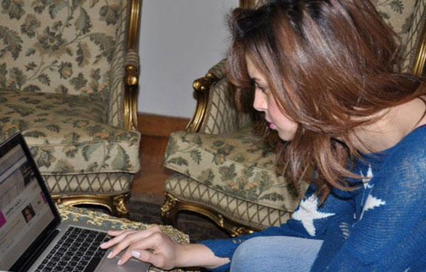 صور آمال ماهر تجلس على راحتها في المنزل بينما تضع القليل من الماكياج، وتبدو طبيعية