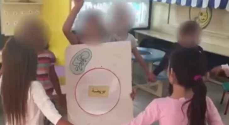 """بعد رفع طفلات لوحات كتب عليها """"بويضة """" .. التربية تطلب معلومات عن فيديو الروضة لاتخاذ اجراء صارم بحقها"""