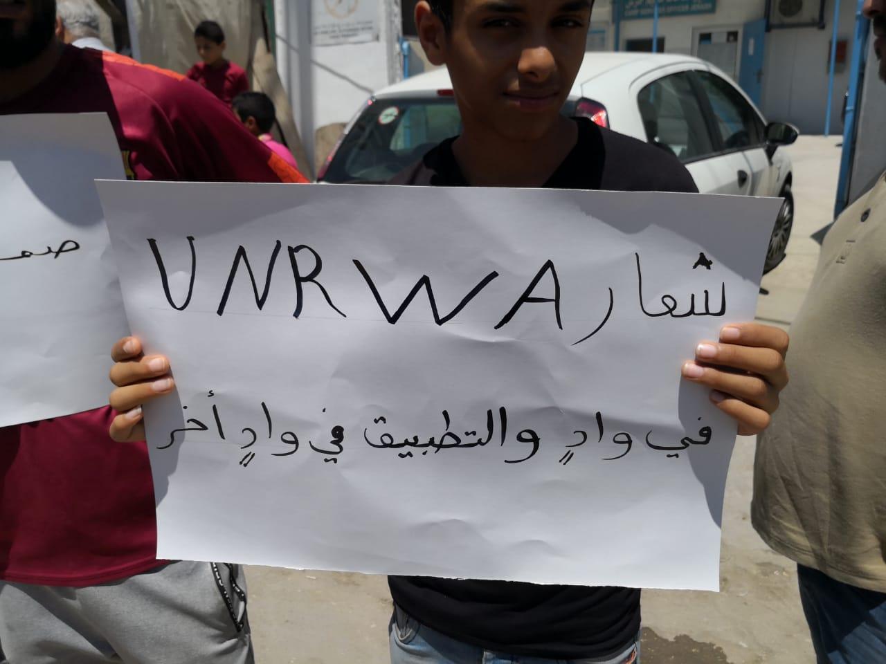 بالصور ..  وقفة احتجاجية في مخيم جرش احتجاجاً على تقليص الخدمات من قبل الأونروا