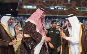 بالصور .. الملك سلمان يبكي اثناء حفل تخرج نجله الأصغر من الثانوية