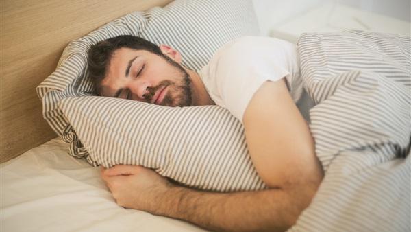 حكم النوم على جنابة وهل الأكل عليها يورث الفقر