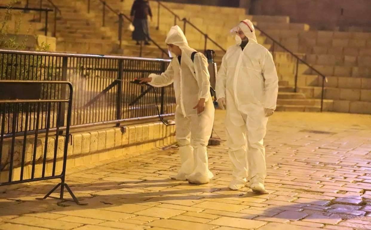 الاحتلال يعتقل 4 مقدسيين أثناء تعقيمهم مرافق عامة قرب الأقصى