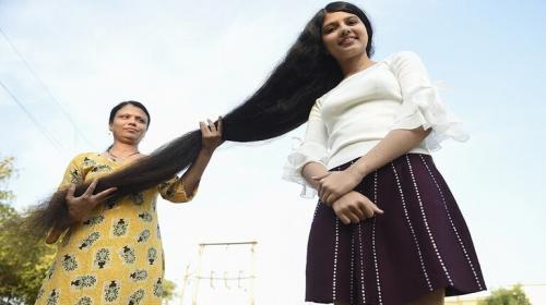 بالفيديو ..  صاحبة أطول شعر بالعالم تقصه وتتبرع به لمتحف أمريكي