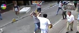 بالفيديو.. كويتي يتغلب على 15 تركي من اصحاب المحلات.. و السبب ؟