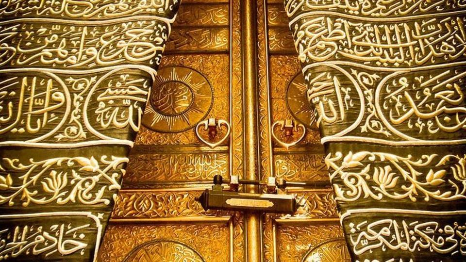 بالصور  ..  تعرف على قصة أبواب الكعبة الستة ..  وهذا أقدم باب يطوف العالم