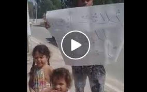 فيديو صادم ..  أب يعرض بناته للبيع علنًا  ..  تفاصيل