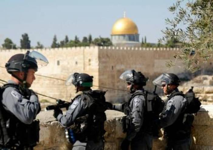 الاحتلال يعتدي على المصلين قرب الأقصى ويعتقل 5 مواطنين