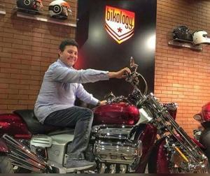 هاني شاكر يقضي صباح مميز على الدراجة النارية
