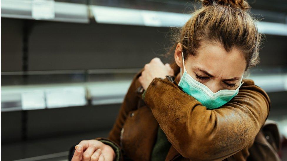 لماذا يصاب البعض بفيروس كورونا مرتين؟